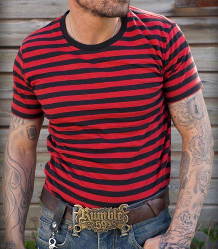 Röd svart randig t-shirt.
